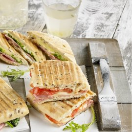 Panini  con queso jamón dulce y tomate
